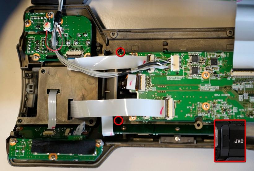 Extracción del protector de la bisagra de la pantalla LCD