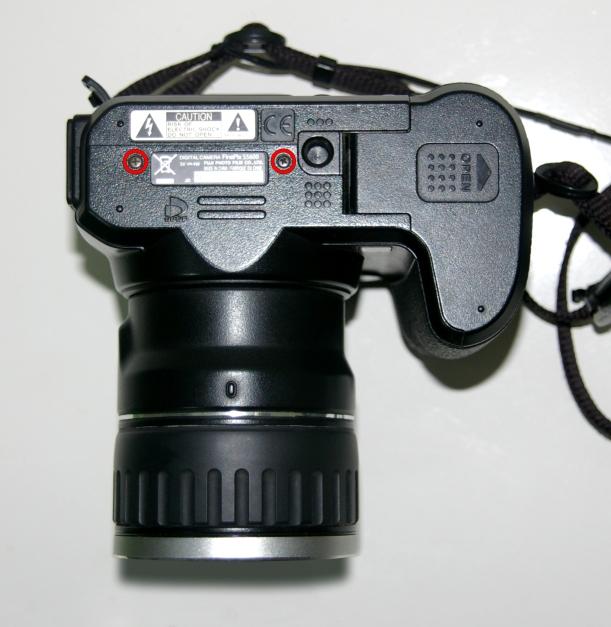 Tornillos en la base de la cámara.