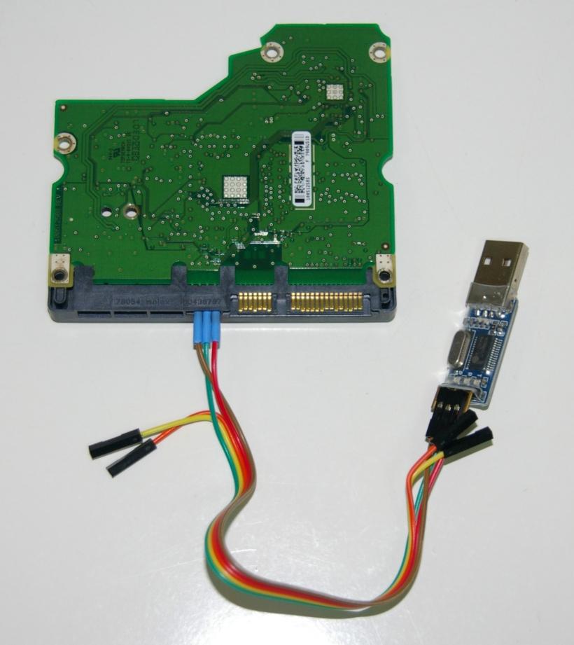 Placa del disco duro conectada al conversor USB-UART