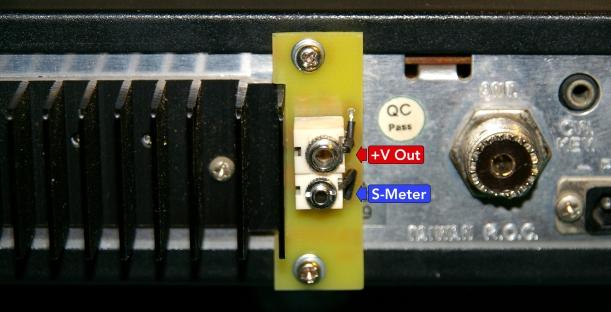 Placa externa de conexión de S-Meter instalada