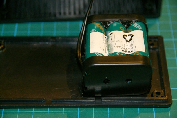 Fijación de la batería en la base de la caja